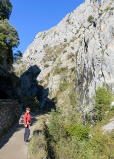 Isabel hiking the Cares Gorge